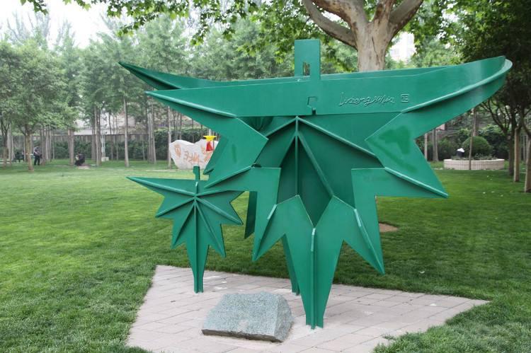 建筑垃圾也可变身艺术品。最近,北京市首届低碳雕塑营开营,12名雕塑家及多名低碳材料专家,将用渣土、废料、泥块儿等建筑垃圾,设计并制出24件新型低碳雕塑艺术品,并于10月8日在昌平区马池口镇奤夿屯村一工业园内展出。   垃圾是放错位置的资源,建筑垃圾更是如此,用对地方,也能变废为宝。发起者张宝贵说。该次雕塑营主要以废弃的建筑垃圾为原材料,经过雕塑家们的创作,塑造成环保艺术品,倡导环保低碳新理念。   参与此次雕塑的12位艺术家,围绕低碳、生态、生命与爱主题,已设计出《生命之环》《生